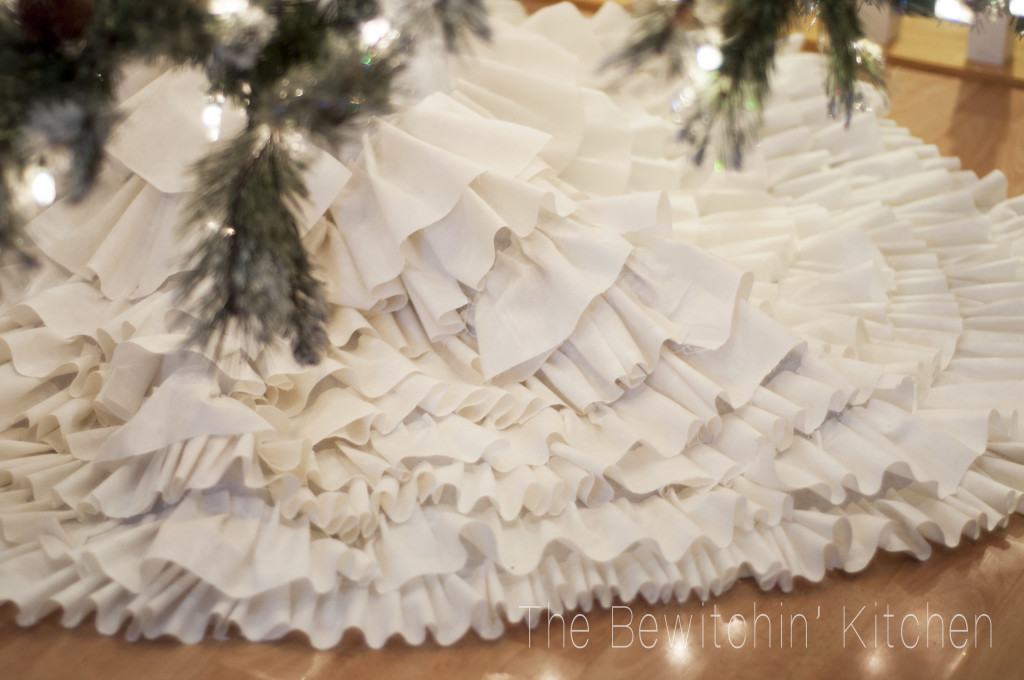 12 Enchanting DIY Christmas Decor Ideas: DIY ruffled tree skirt from The Bewitchin Kitchen. This no sew Christmas craft project is so easy!