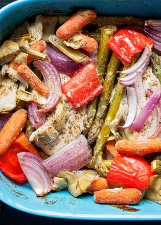 Roasted Chicken and Artichokes recipe. Healthy dinner ideas and for you fixers, it's 21 day fix approved. Click through for the recipe and the how to.