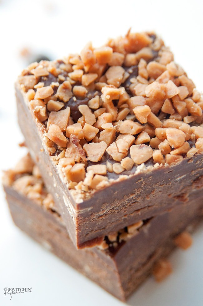 3 minute Chocolate Peanut Butter Fudge with a Crunchy Toffee Topping - this no bake dessert couldn't get any easier! Toss it in the microwave, top with Skor pieces, freeze and you're done! | thebewitchinkitchen.com