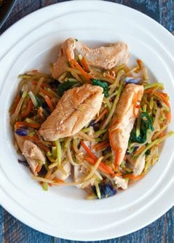Sweet Sriracha Chicken Stir Fry - This easy chicken stir fry recipe takes minutes to make and it tastes so good! Add this to your healthy dinner recipes. |thebewitchinkitchen.com