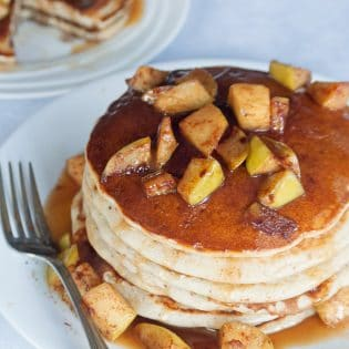Caramel Apple Blender Pancakes - this is such an easy pancake recipe. This breakfast favorite uses Bisquick, apple sauce, honey greek yogurt, apples, butter and caramel. It's a delicious fall breakfast that can double as a late night dessert. #cookupincredible