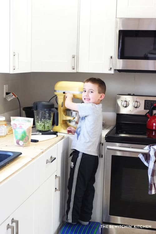 Making muffins with kids. Easy baking recipes for children.